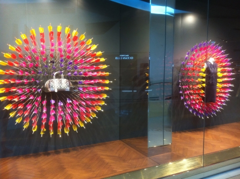 A simple yet creative arrows window display, suggesting sun in the summer or the colourful life you can experience in this season.