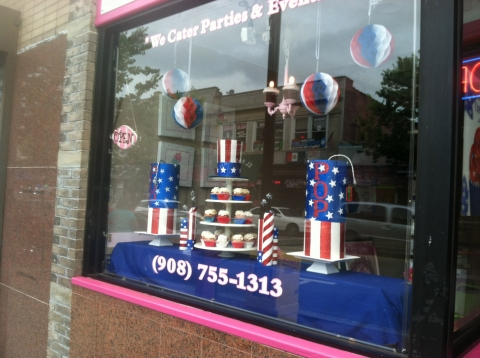 A window display that makes you want to spend the 4th of july in the back yard on a festive swing with a festive theme.