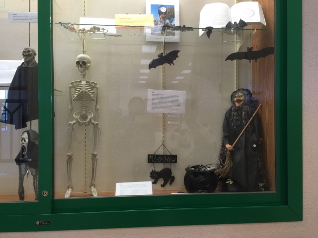 All the scary characters for Halloween are mustered here, in this window display: the black cat, the witch, the bats and let's not forget about the skeleton.