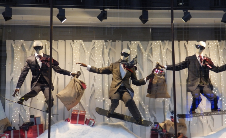 Something fun is happening in the Austid Reed window display: mannequins with costumes and presents but also on the snowboard as it is properly in winter.