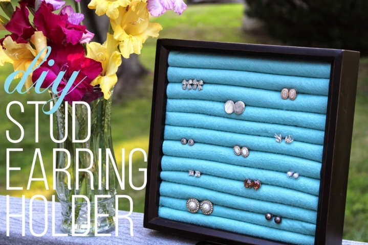 Easy, simple and fast: Take a card holder, a few foam curlers and place them into the card holder. Now you have a jewelry holder for rings.