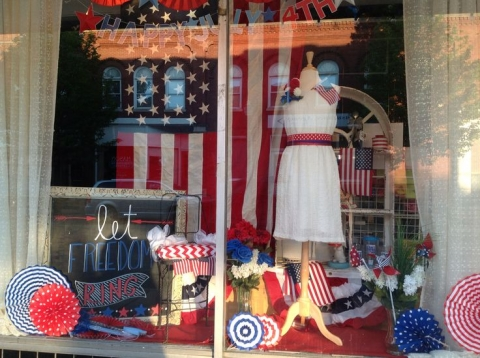 This window display is definitely festive with those representative cupcakes for the love of 4th july.