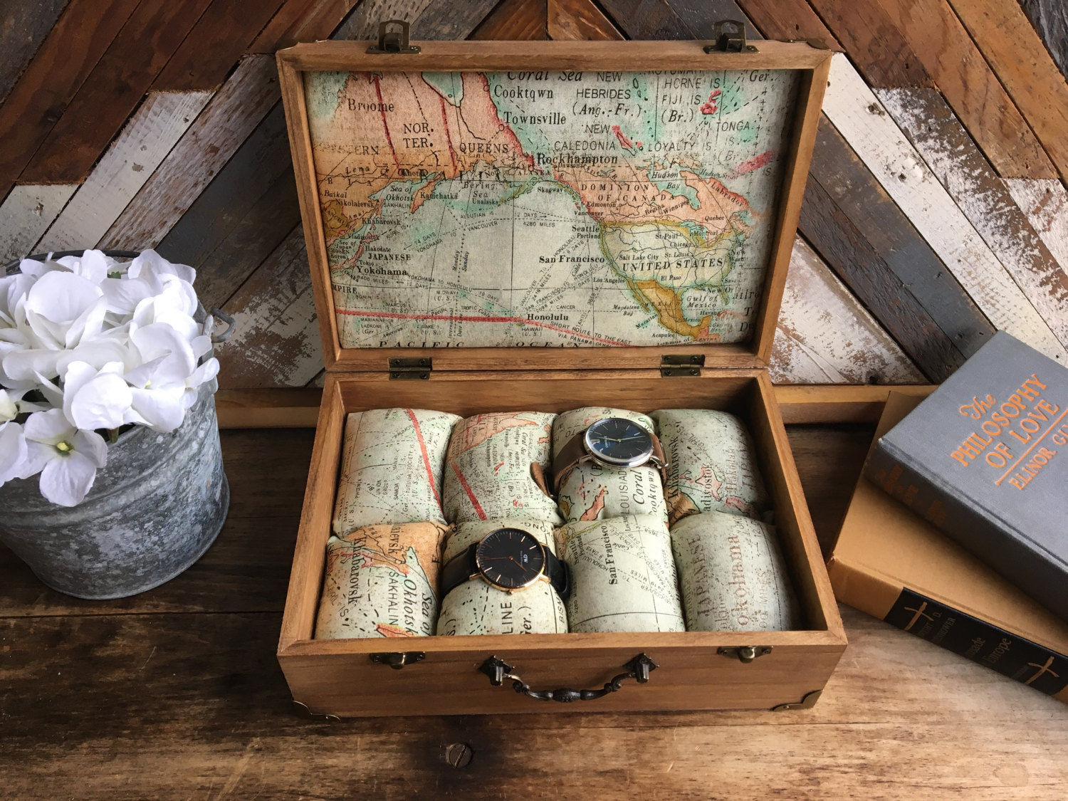 In a box, are placed eight little pillows imprinted with the map of the world. You can set there the watches for a better safety. The design chosen is a creative one for a jewelry watch holder.