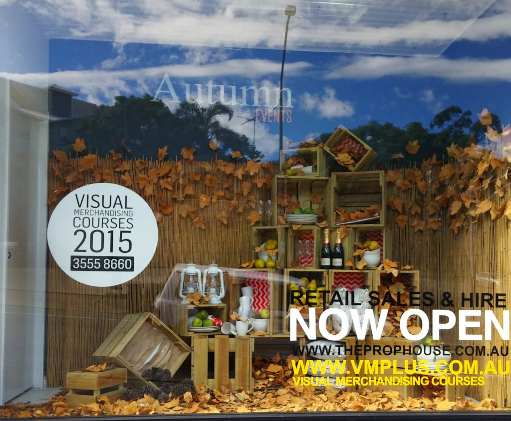 Boxes, wine bottles and fallen leaves, announce the autumn through this new window display.