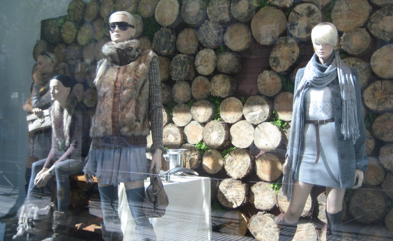 A perfect scene for autumn, take place in this window display with mannequins dressed in cardigans, scarfs and a background made of timbers, ready for a fire.