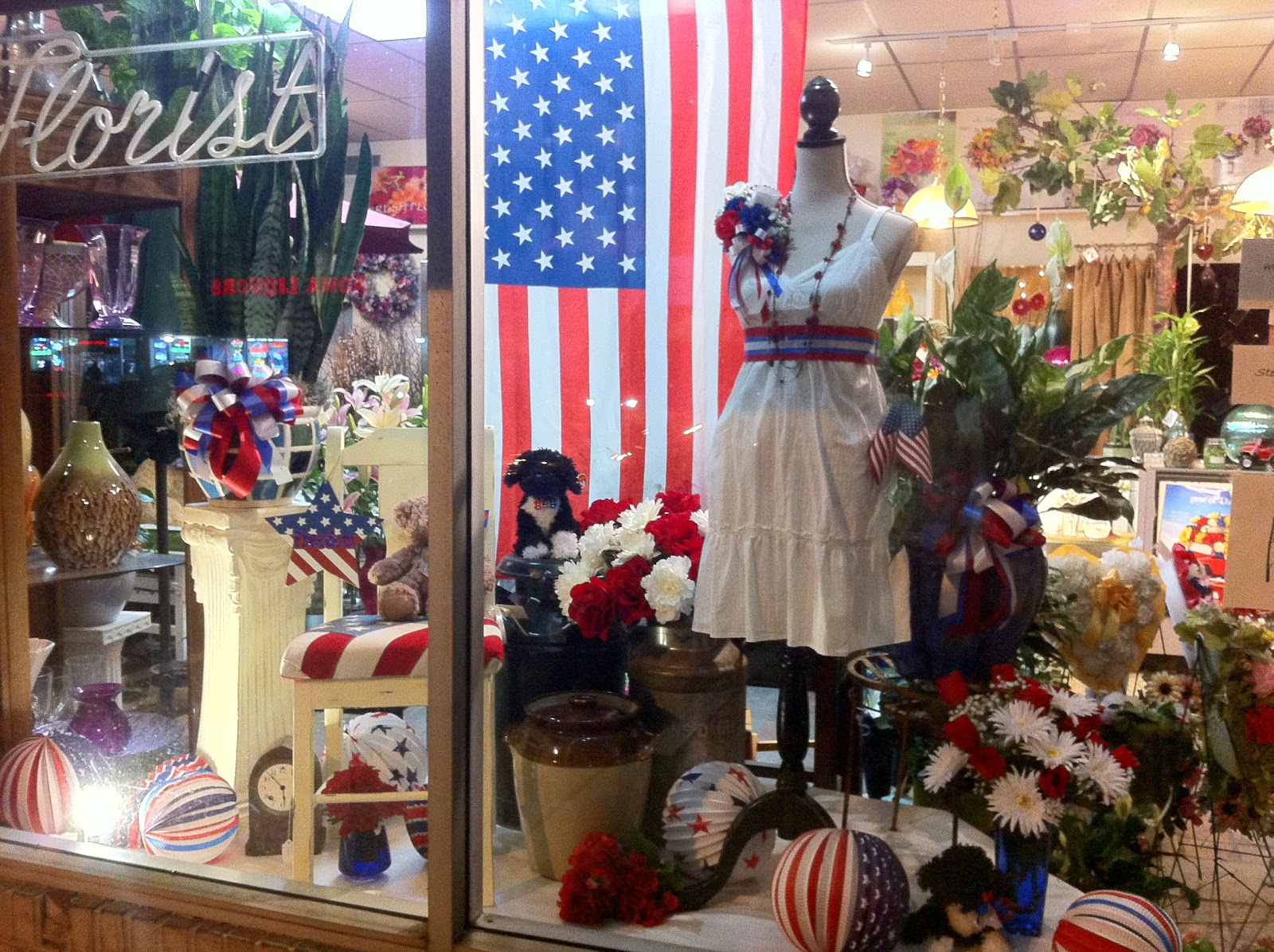 This florist chooses a patriotic 4th july window display composition for its flower shop.