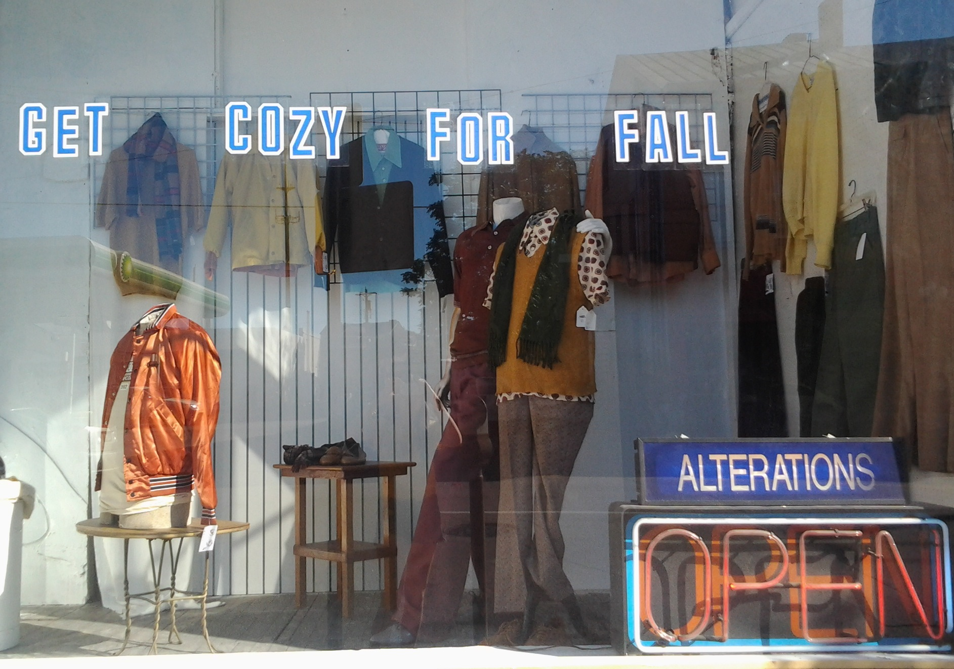 At Casablanca Vintage, autumn decoration for the window display is inducing us to get cozy via stickers.
