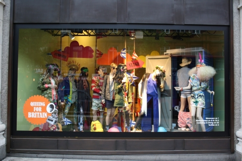 Brittish people have style even in the summer, so this window display shows us many kinds of clothes.
