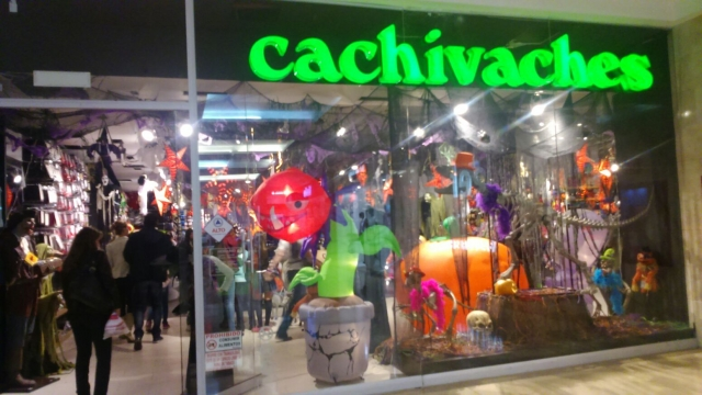 Halloween is not so popular in London, but you can see that Chachivaches decorated the window display with a carnivore flower, a huge pumpkin and small zombies.