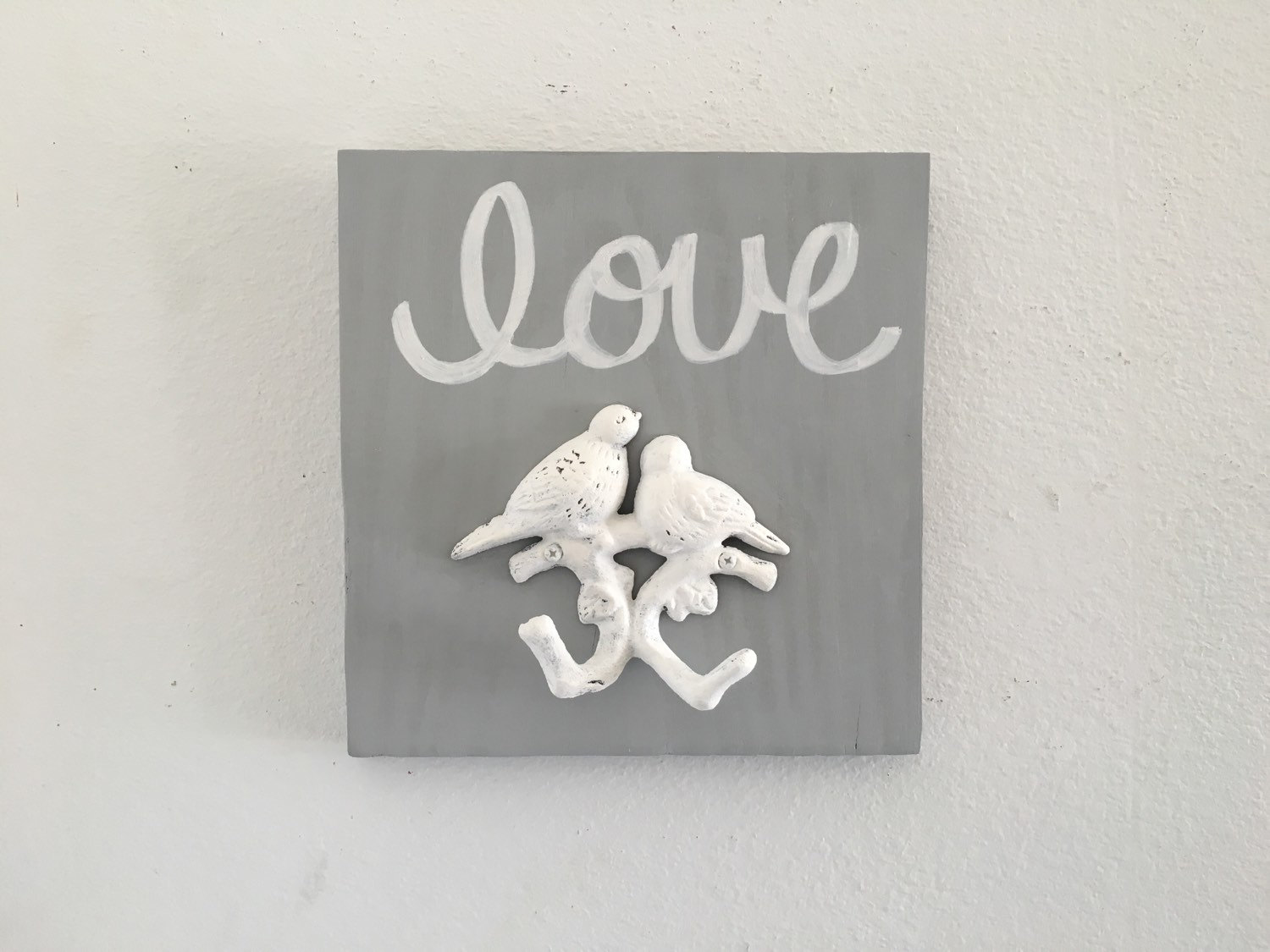 You can find this creative necklace holder also in other colors. This one is white and gray, made of cast iron, wood and love birds.