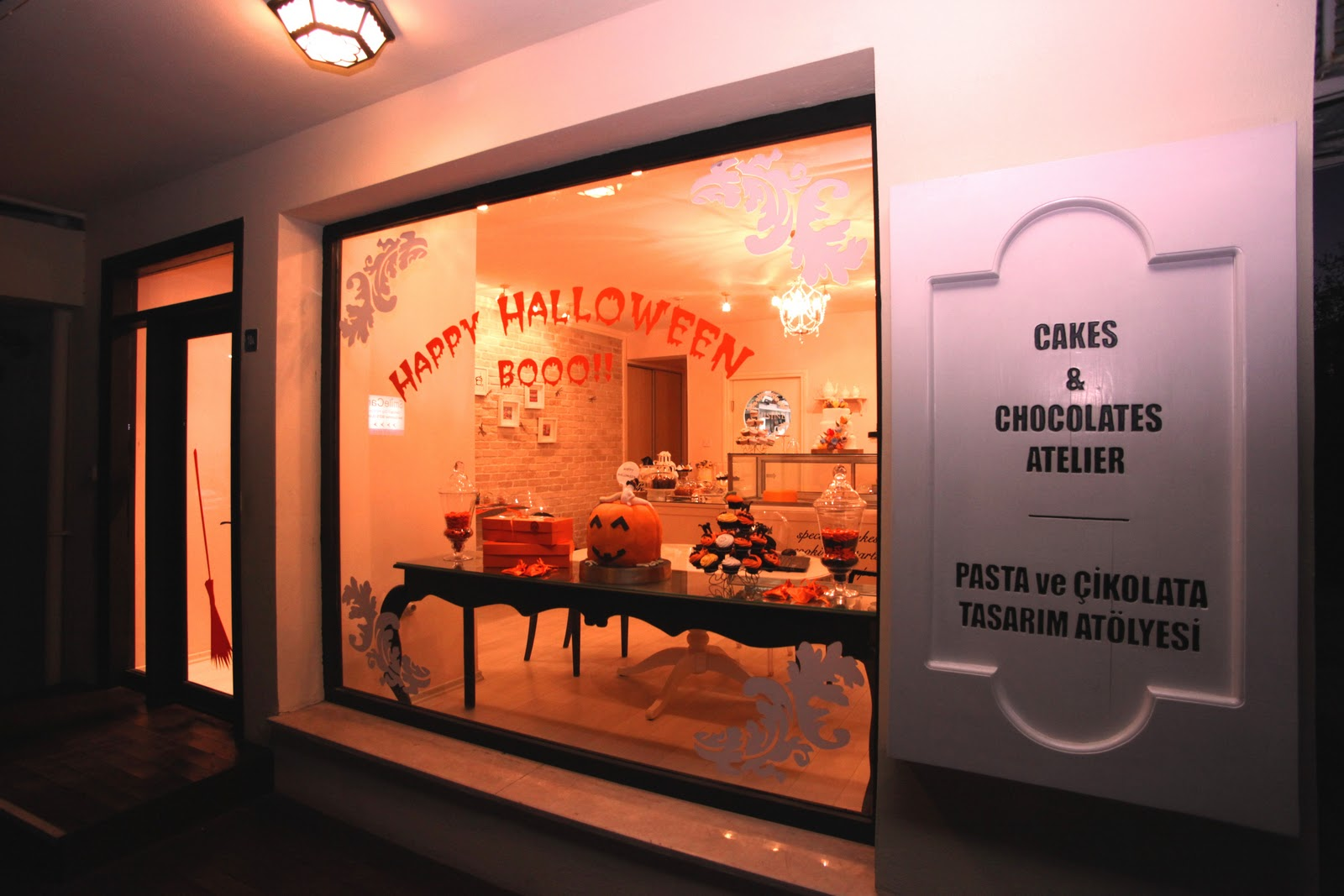 This cakes and chocolate atelier from Cyprus made something classy and clean for the Halloween window display with sweets in shape of pumpkins and muffins with little chocolate cats on top.