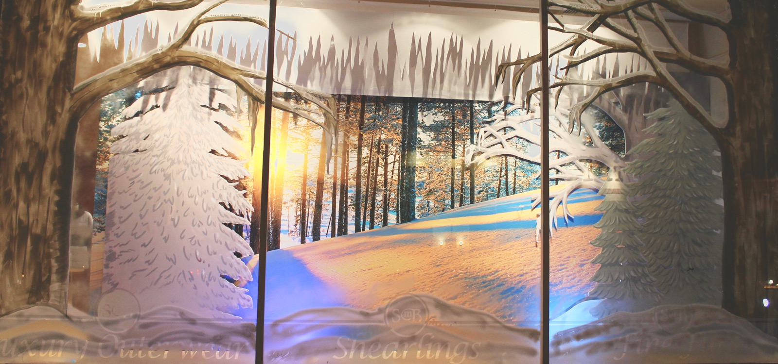 This winter window display is surprising us with a calm view of a Montego bay, all covered by snow.