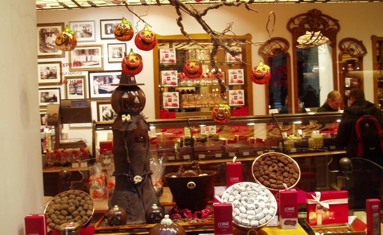 Everything scarry here is made of chocolate, even the pumpkins which are the most representative for a Halloween window display.