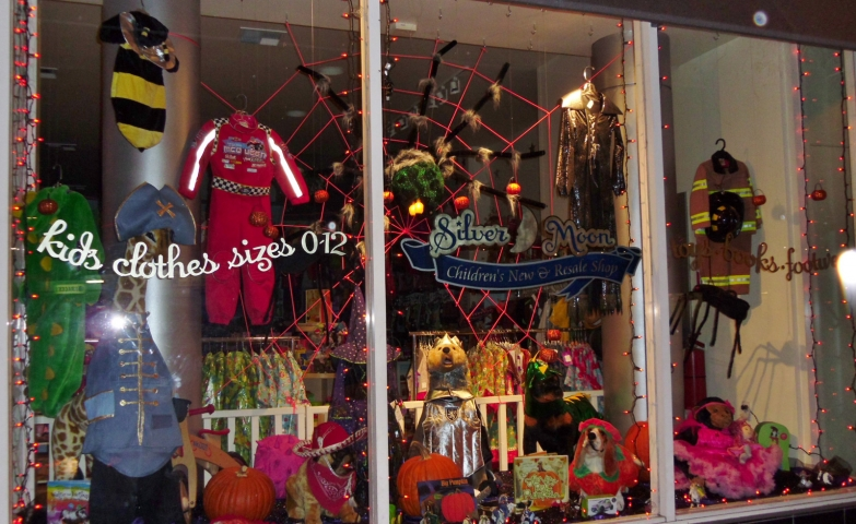 This store has cute costumes and accessories for Halloween, you can spot for example one little bee costume for kids in the left corner of the window display.
