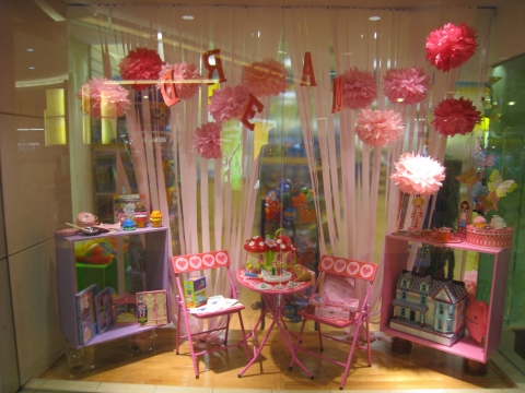 Organized like a perfect place for a day dreaming, Thinker Toys window summer display is flawless.