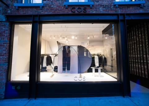 A minimalist way to decorate an autumn window display is to have an improvised installation for clothes, clear and fresh store like Cos