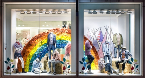 You just have to look at this window display and rainbow, festivals and good mood are in your mind.