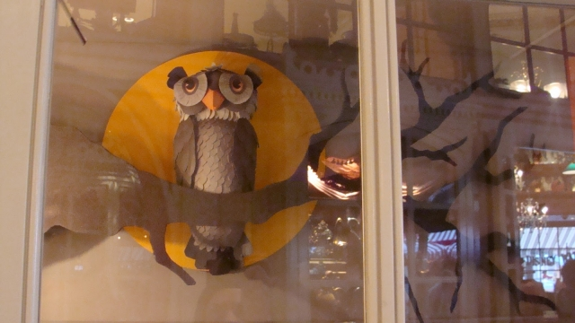 An owl and a fool moon, both are symbols for a black night and fitting best a Halloween window display.