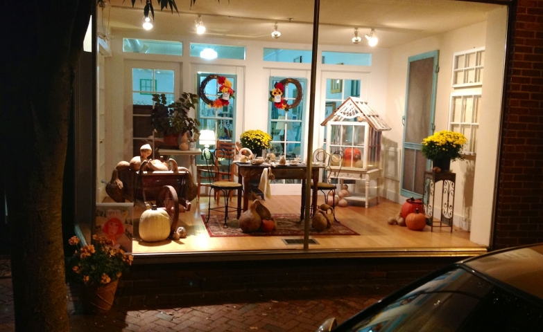 Empty Nest decorated its autumn window display with some exterior furniture and other details making you feel cozy and like home.
