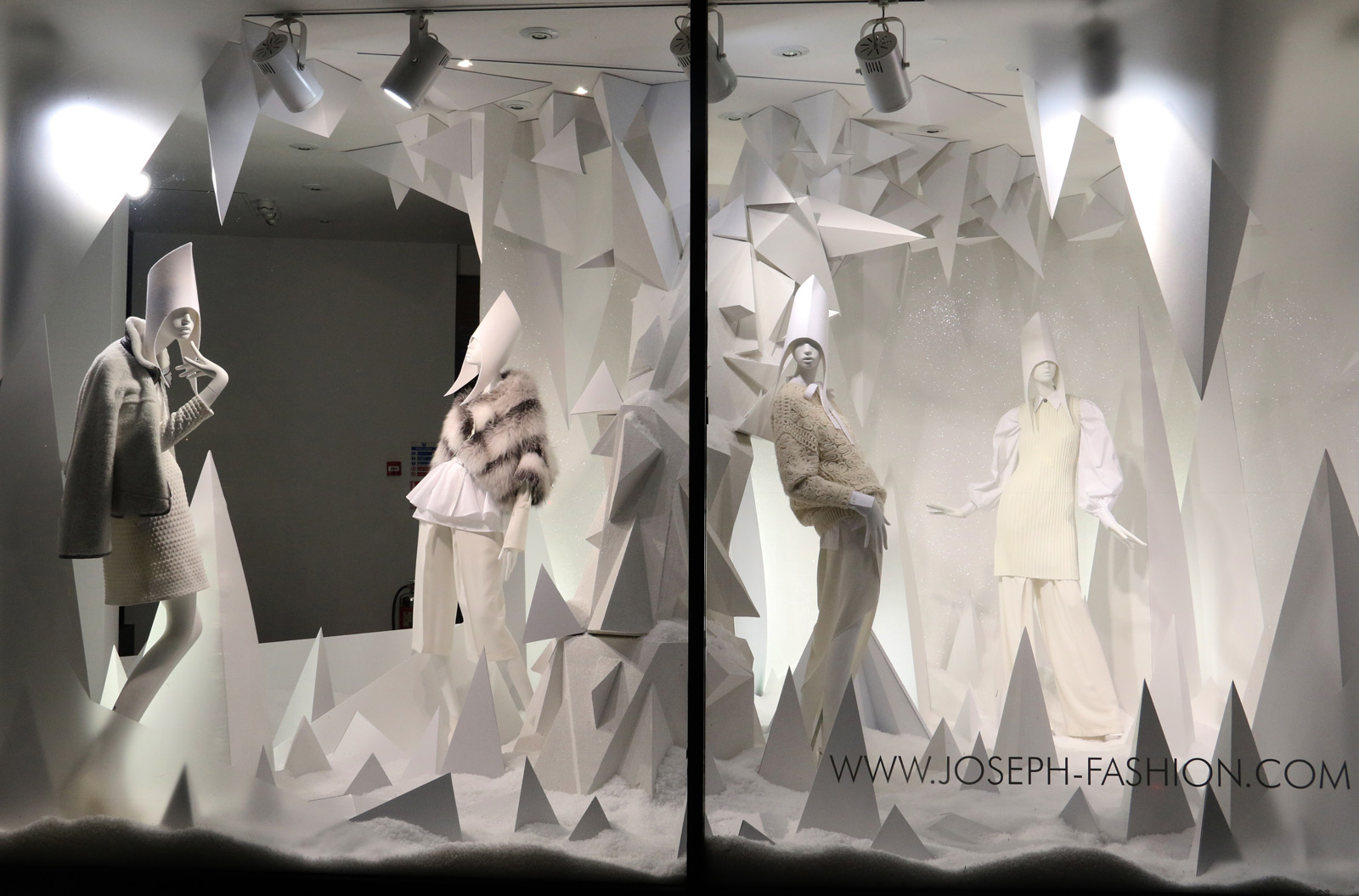 In this winter window display we see geometric figures, all arranged in a minimalistic way but also sophisticated.