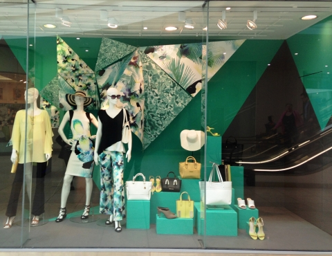 This summer window display was inspired by a tropical paradise, therefore, the main colors are green and yellow.
