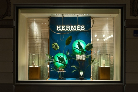 Hermes surprised its customers again with some elegant tropical motifs in the shadow for the summer window display.