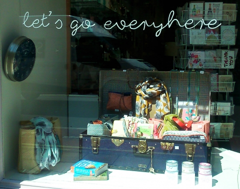 Get some good books, make your luggage and go in vacation. That's what this highlighted summer window display propose.