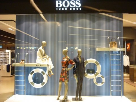 This Hugo Boss window display combined their elegance with some summer elements in a unique way.