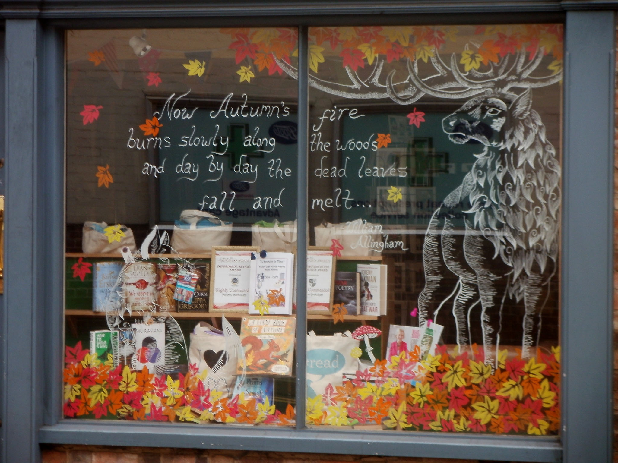 "A window display that sends an autumn message about how fast the leaves are ""melting"", with a deer drawn, describing the best way this season."