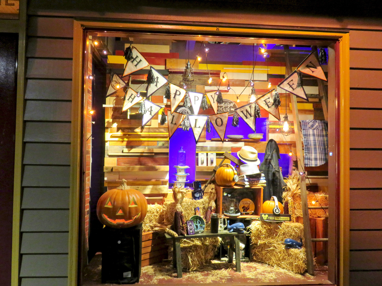 Hay and pumpkins, the good mix for a Halloween window display.