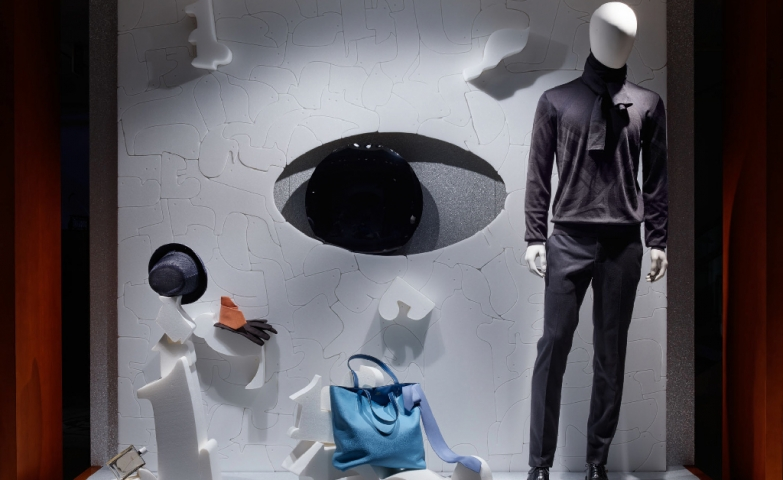Hermes has a winter window display, with a mannequin dressed handsome, a blue bag and an interesting designed wall with something that looks like an eye.
