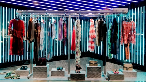 We are already familiar with  Gucci exposing their extravagant colorful clothes, hand in hand with background neons which are given to the autumn window display flamboyance.