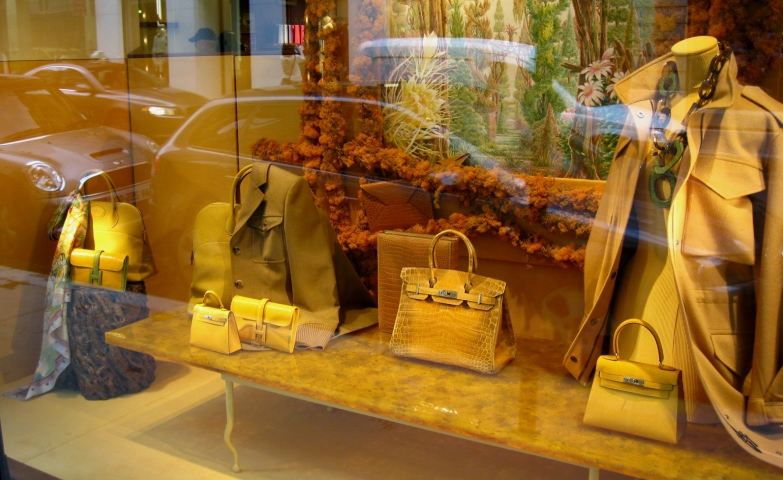The gold yellow color used on Hermes products beautify an autumn window display by giving it a special air.