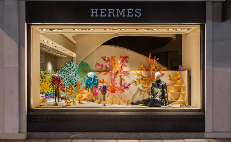 This Pvc Corals with autumnal colors are making the window display ready for autumn at Hermes.