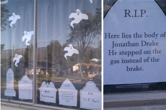 This cute and funny messages writen on crypts are in the right place on this window display, for an absolute Halloween.