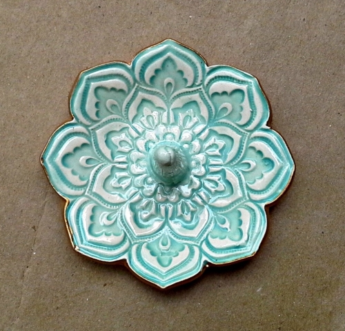 For sophisticated souls, this creative and highly detailed ceramic, lotus bowl is perfect as a jewelry ring holder.