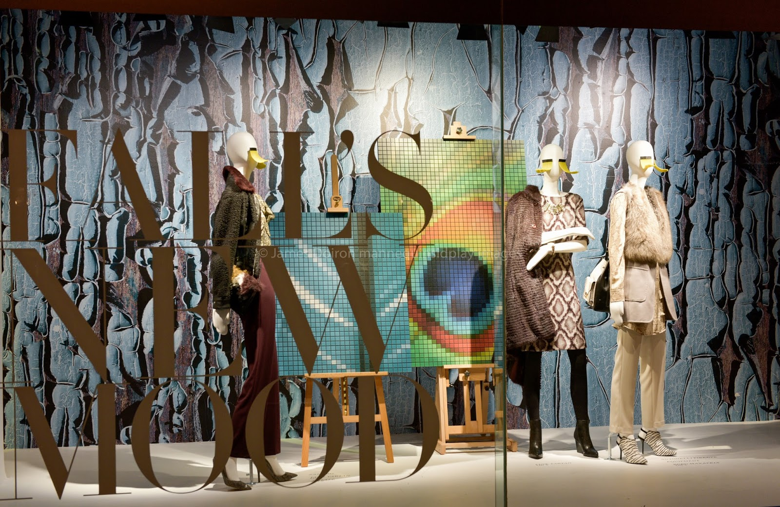 Hudson Bay is surprising us with wanna be paintings in the background composed of little squares and mannequins dressed in autumn clothes for the window display.