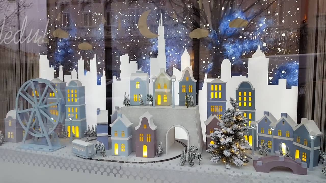 For this winter window display, was designed a little town and the idea of a winter night, with snowflakes stickers.