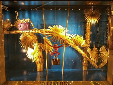 Golden jungle, a monkey and elegance, this is what Louis Vuitton chose for the summer window display.