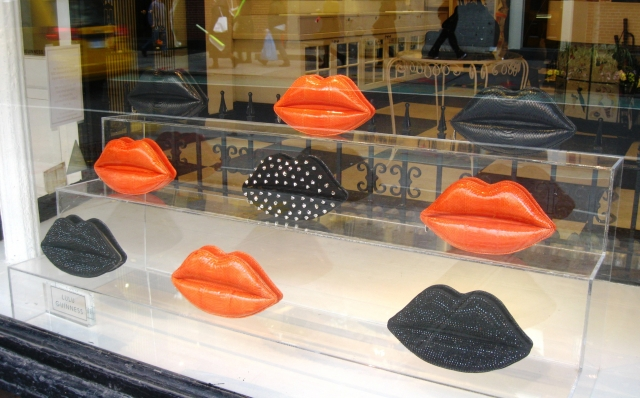Suggesting Halloween at Lulu Guinness through those big lips placed in the window display, colored with the proper colors: black and orange.
