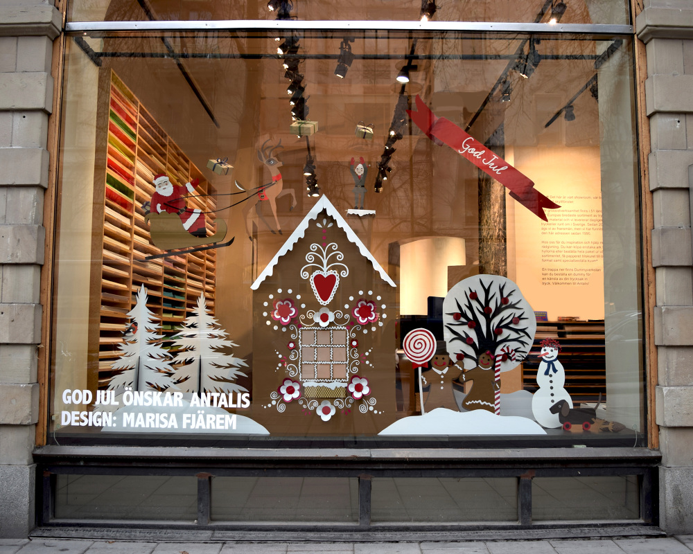 This winter window display was decorated with details made by paper, a magic place with a ginger cookie house and Santa.