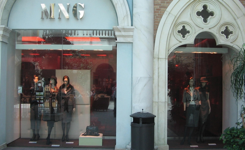 At Mango, the winter is in the beginning and we can observe that by the casual clothes and the easy design.
