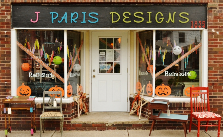 For the autumn window display, J Paris Designs putted some funny stickers on the window and some furniture outside.