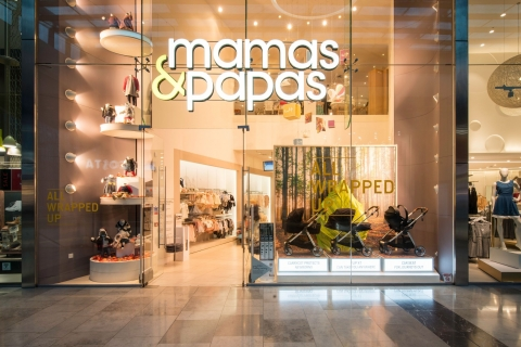 Strollers in the magic number of three and in autumnal colors are the main details that decorated the autumn window display for Mamas&Papas store.