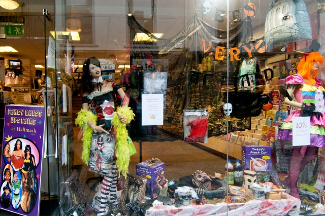 Everything you need for Halloween maybe you can find in this window display, from skulls and other objects to costumes.