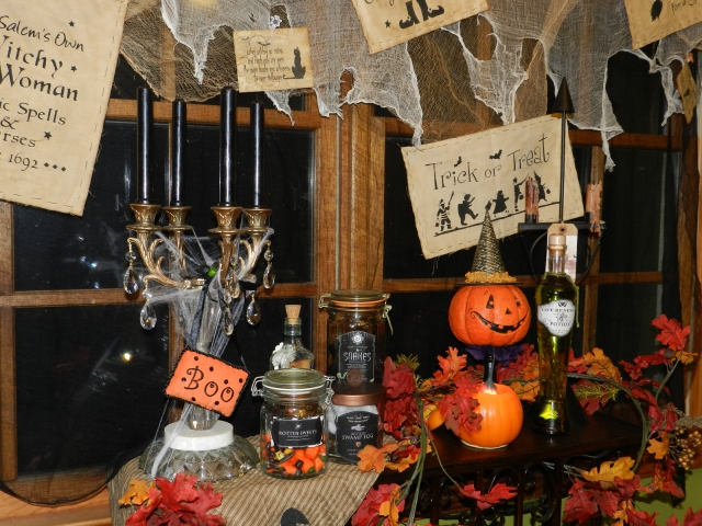 In this window display, we could see essentials for Halloween: Jars with treats, a pumpkin, and some spiderweb.