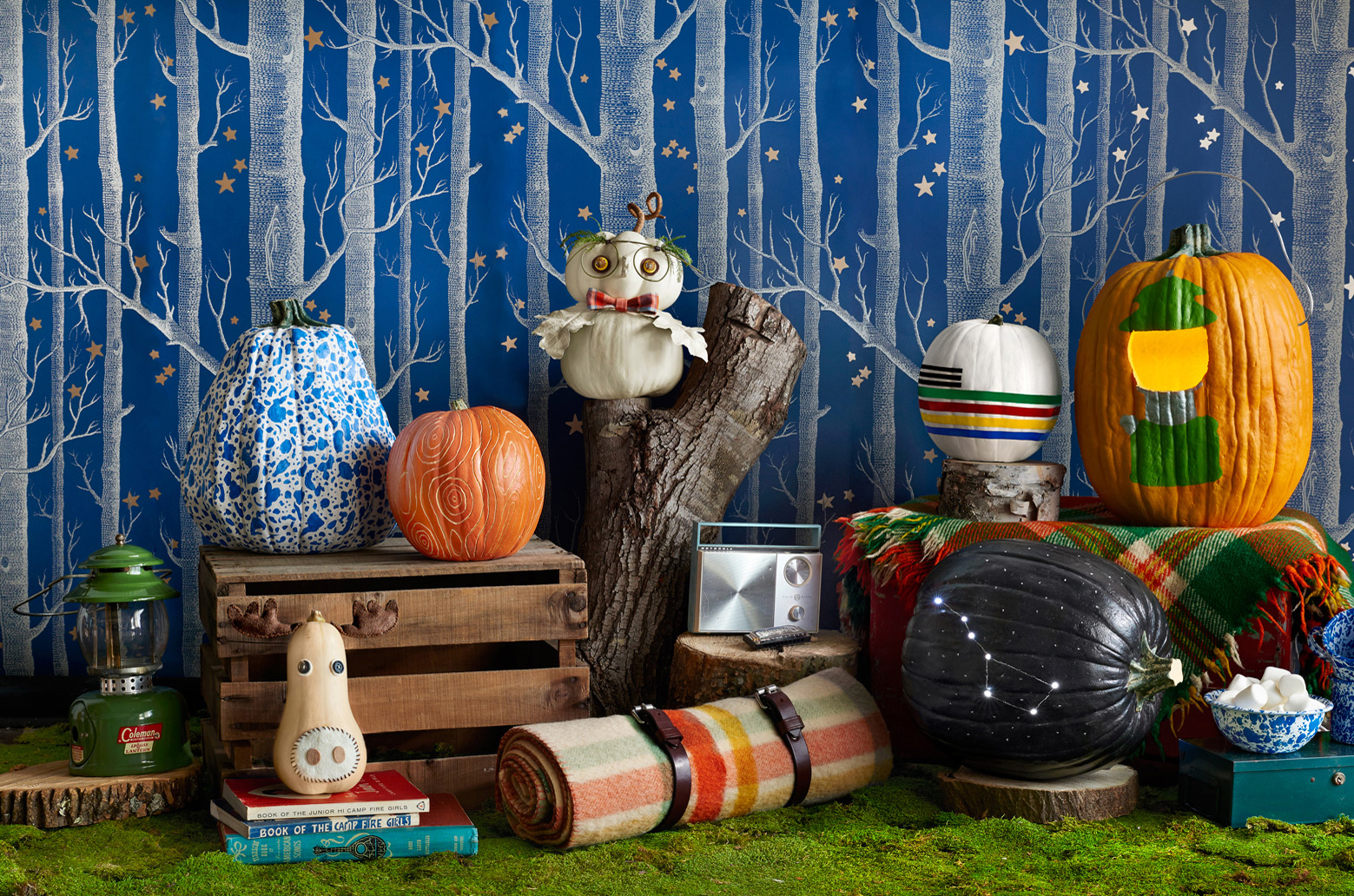 This Halloween window display is focusing more on different types, colors and patterns you cand choose for decorating the pumpkins.