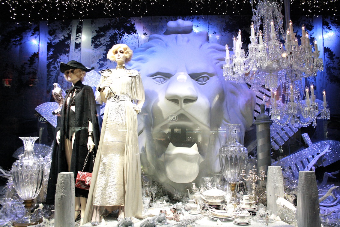At Printemps, the crystal dishes, the big lion head in the back and the fabulous chandelier from the window display, are representing in an elegant way the winter season.