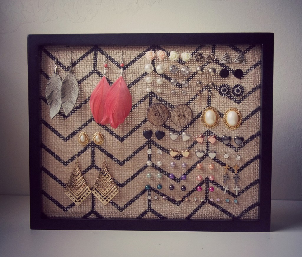 Also creative, the rectangular shape of this jewelry holder let the earring to get in the sale very easy.