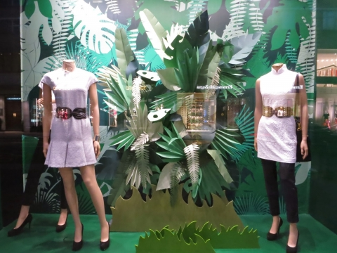 A store from Shanghai has chosen pure white for dresses and green leaves to decorate its summer window display.